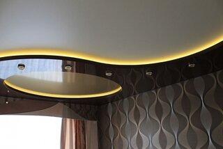 Living cu tavan elegant pe 2 niveluri