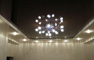 Living cu tavan extensibil si candelabru
