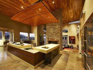 Bucatarie cu tavan din lemn cu lumini incorporate