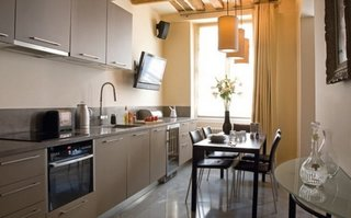 Bucatarie de apartament cu televizor