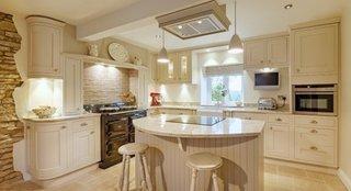 Bucatarie mobilier clasic alb si TV pe peretele de lucru