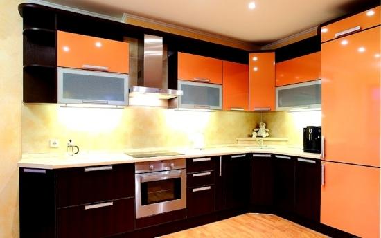 Bucatarie cu decor negru portocaliu
