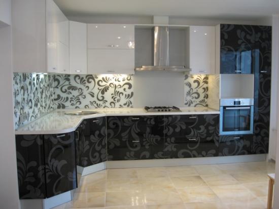 Bucatarie moderna cu mobilier in 2 culori