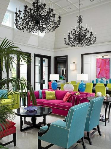 Living cu usi si ferestre negre si canapea si scaune si fotolii in culori vii