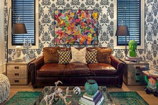 Sufragerie mica amenajata cu tapet cu model si canapea din piele maro