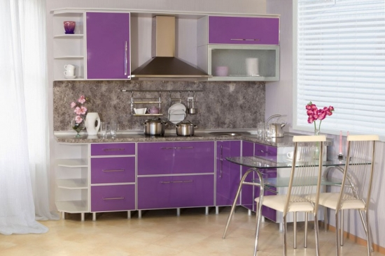 Bucatarie cu mobilier mov