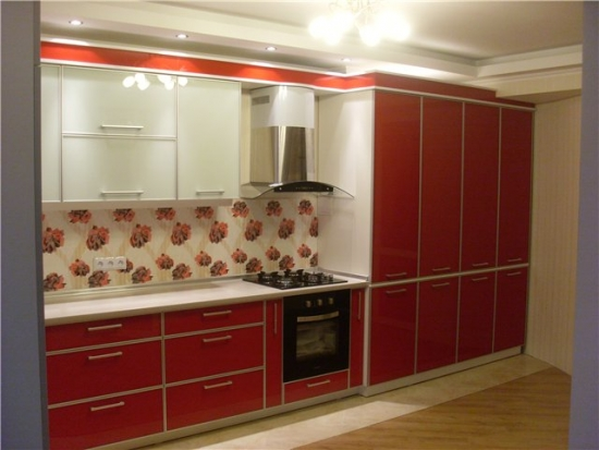 Bucatarie cu mobilier rosu