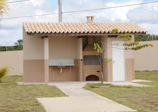 Amenajare terasa mica acoperita  in gradina cu gratar