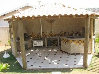 Chiosc hexagonal cu bucatarie de vara zidita