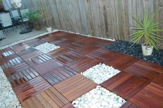 Combinatie de placi de lemn si pietris pentru exterior