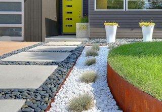 Aranjament curte cu dale din beton si pietris de granulatie si culori diferite
