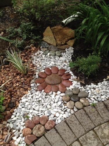 Aranjament gradina cu pietre de diferite dimensiuni si culori