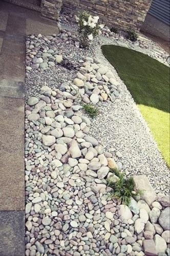 Bordura de gradina amenajata cu pietris de diferite marimi