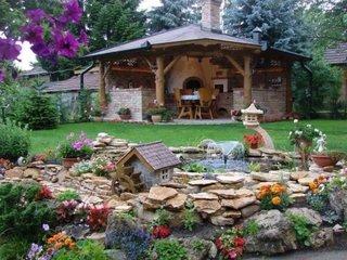 Ornamente de gradina cu flori si pietre