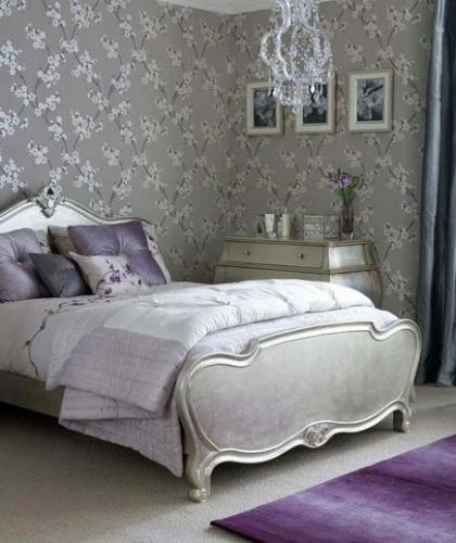 Dormitor cu tapet cu finisaj metalic si cromatica lavanda si argintiu