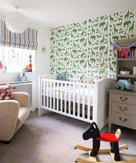 Perete de accent cu tapet alb cu animalute verzi pentru dormitor copii