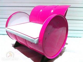 Canapea roz din butoi metalic
