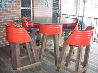 Masa cu scaune din butoi metalic si lemn