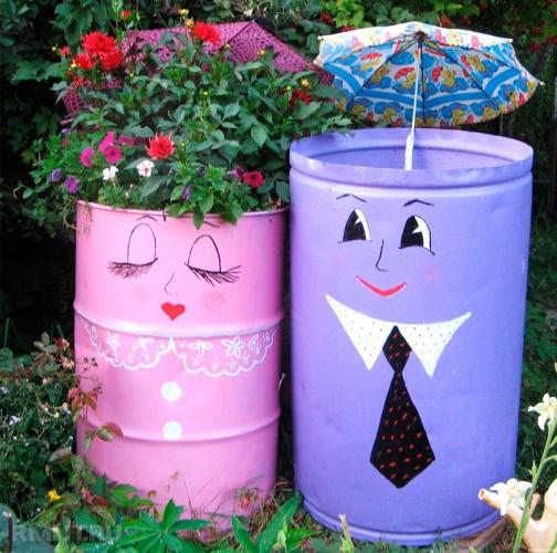 Suporturi de flori din butoaie pictate