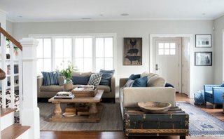 Living amenajat cu doua canapele asezate in forma de L