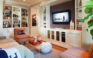 Living amenajat cu mobilier pe pereti de culoare alba