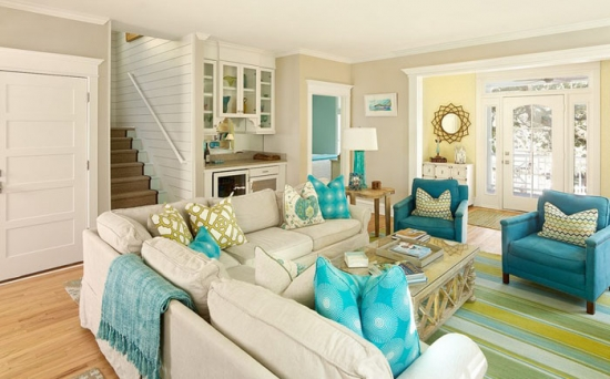 Living crem cu mobilier alb si accente decorative turcoaz