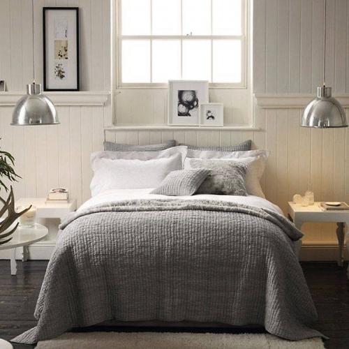 Corpuri de iluminat suspendate in lateralele patului