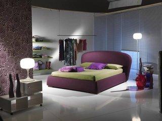 Dormitor cu pat mov si pardoseala alba lucioasa