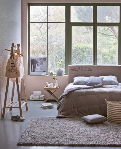 Dormitor in nuante nude si covor pufos