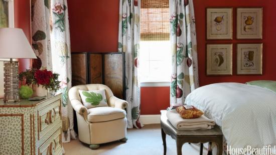 Dormitor luminos si colorat cu tesaturi cu motive florale