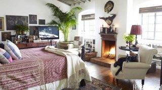 Dormitor mare cu semineu si decoratiuni