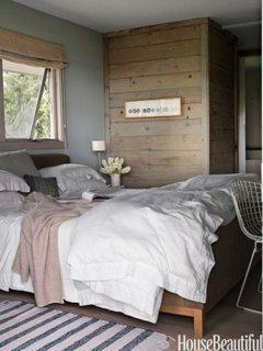 Dormitor vintage cu pat si dulap de lemn