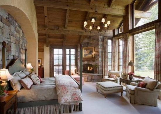 Perete de deasupra patului cu piatra de granit