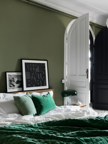 Pereti verzi si pat cu lenjerie in nuante de verde