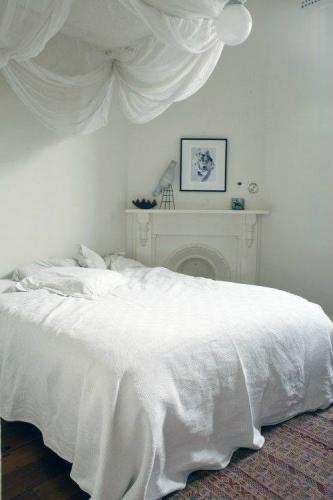 Semineu decorativ lemn alb in dormitor mic