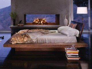 Semineu langa patul din dormitor
