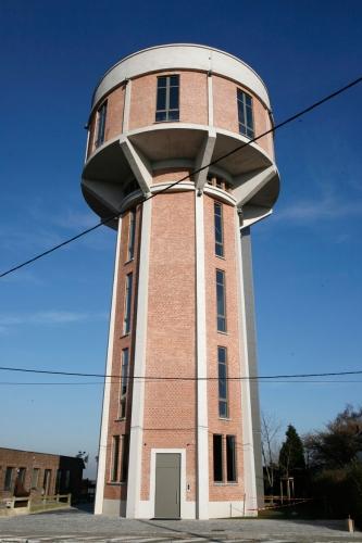 Te-ai gandit vreodata cum ar fi sa locuiesti intr-un fost turn de apa?