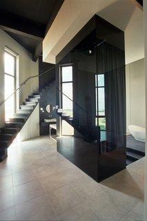 Lift interior placat cu sticla lucioasa neagra