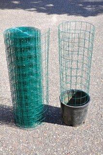 Galeata de plastic si gard metalic tip retea