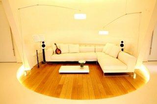 Camera rotunda cu parchet din lemn masiv