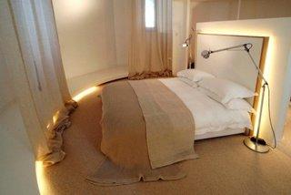 Dormitor amenajat in fostul turn camera cu forma de cerc