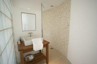 Idee amenajare baie mic cu forma rotunjita