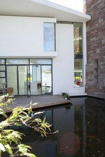 Model de piscina infinita in curte interioara