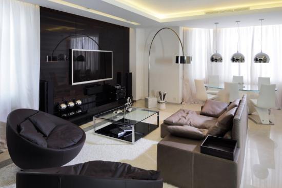 Living negru cu alb cu televizor in fata canapelei