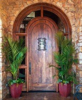 Usa de exterior in arcada din lemn cu geam
