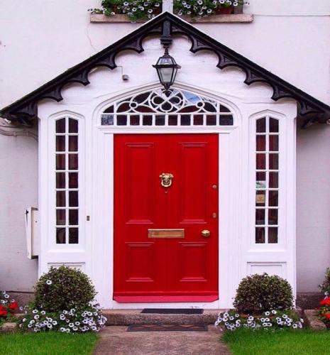 Usa pentru casa culoarea rosie