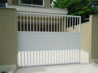 Poarta culisanta pentru garaj culoare alba