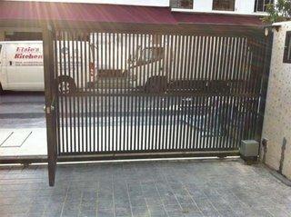 Usa glisanta de garaj cu bare