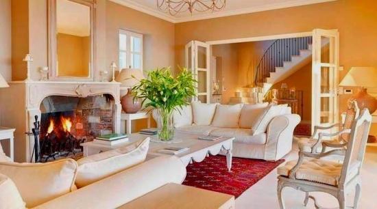 Living clasic elegant cu usi si ferestre franceze culoare alba
