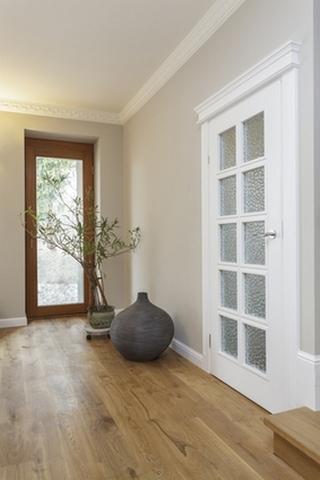 Usa interior cu ancadrament si profil decorativ